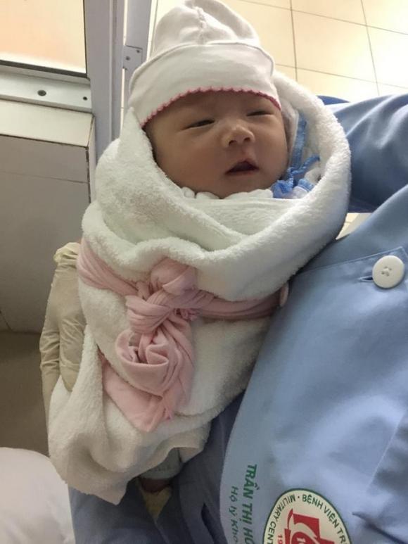 Hà Nội: Truy tìm người đàn ông 30 tuổi đem bé gái sơ sinh đến bệnh viện nhờ người trông rồi bỏ đi - Ảnh 1.