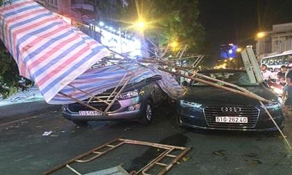 Mưa to, gió giật giàn giáo đổ sập xuống dòng xe đang chờ đèn đỏ