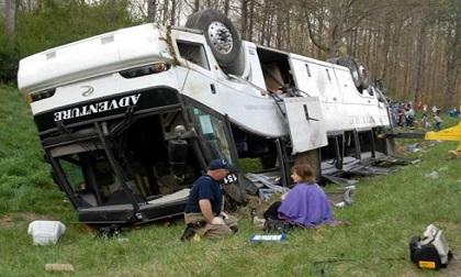 Mỹ: xe buýt chở 45 người mất lái rơi xuống khe núi