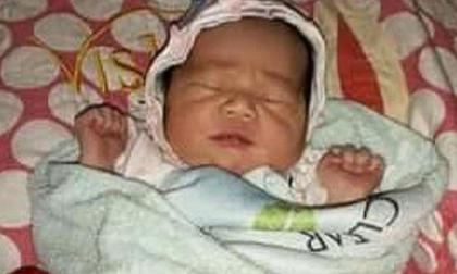 Bé gái sơ sinh 1 tuần tuổi không mặc quần áo bị bỏ rơi trước cổng trường