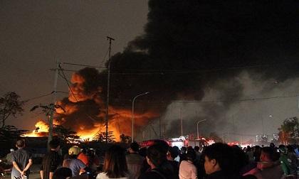 Hà Nội: Ngọn lửa khổng lồ bốc lên từ xưởng phế liệu, nhiều người tháo chạy