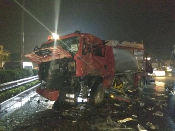 Clip: Kinh hoàng giây phút ô tô húc bay xe cứu hỏa chạy ngược chiều trên cao tốc - 3