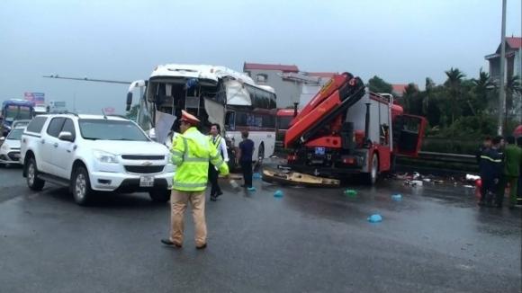 Hiện trường vụ xe cứu hỏa đấu đầu xe khách trên cao tốc Pháp Vân - Cầu Giẽ khiến 1 Cảnh sát PCCC tử vong. Ảnh: PV