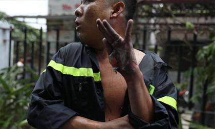 'Anh ấy chỉ ngồi đó' - Chuyện cảm động về người lính cứu hỏa với bàn tay bỏng lột da vẫn hướng về phía đồng đội