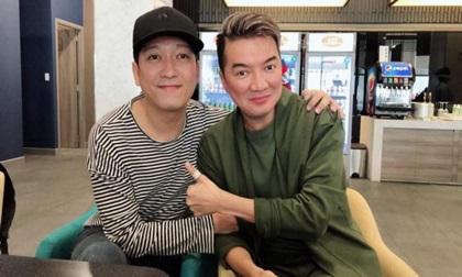 Đàm Vĩnh Hưng chụp hình cùng Trường Giang, hứa hát tặng ca khúc 'Tình yêu không có lỗi'