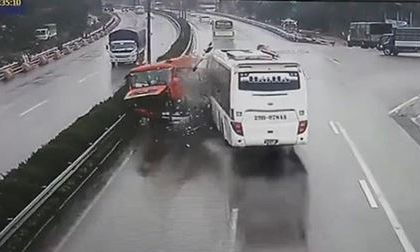 Vụ xe khách đâm xe cứu hỏa trên cao tốc: Tài xế nhờ luật sư trợ giúp
