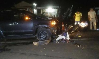 Xe máy đối đầu ô tô, vợ con tử vong, chồng nguy kịch