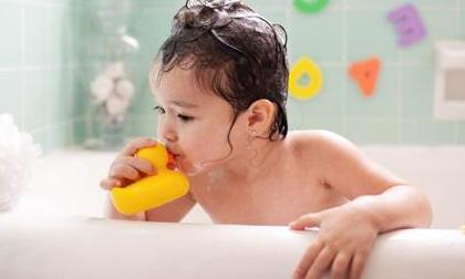 Thứ đồ mà nhiều trẻ em Việt thích chơi trong khi tắm chứa cả ổ vi khuẩn