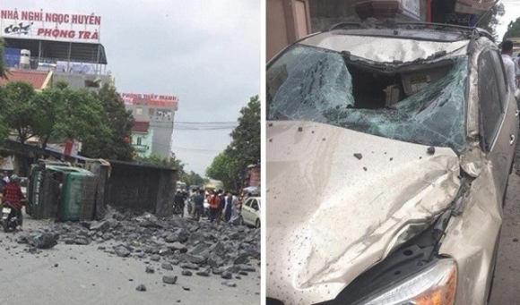 Vụ tai nạn khiến chiếc xe tải chở đá va chạm với 2 ô tô đỗ bên đường, gồm 1 chiếc Kia và 1 chiếc Toyota, trước khi bị lật ngang. Tài xế xe tải bị thương, gẫy 2 xương sườn. Ảnh cắt từ clip