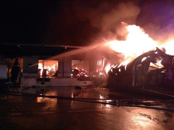 Quảng Ninh: Nhà máy sợi bốc cháy dữ dội từ đêm đến sáng - 1