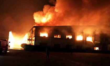 Xưởng gỗ 3.000 m2 cháy nổ dữ dội suốt nhiều giờ