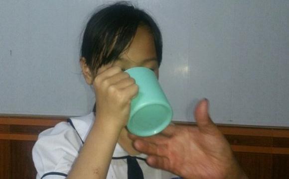 Cô giáo bắt học trò uống nước vắt ra từ giẻ lau bảng có thể bị phạt đến 3 năm tù