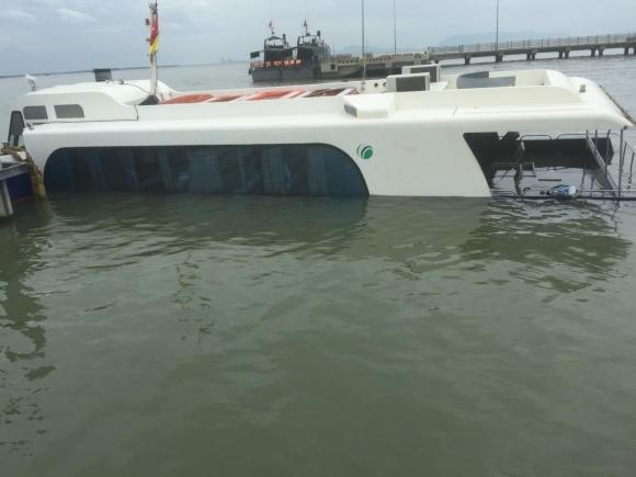 Tàu cao tốc chở 42 hành khách chìm ở biển Cần Giờ, nhiều người gào khóc - 3