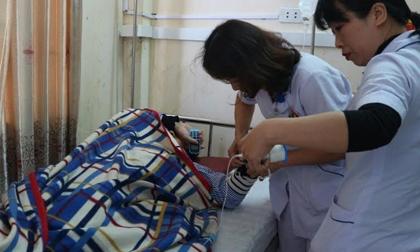 Bác sĩ lại bị người nhà bệnh nhân hành hung khi đang cấp cứu cho bệnh nhân