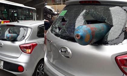 Bình gas bay như 'tên lửa' đâm xuyên ô tô giữa phố Hà Nội
