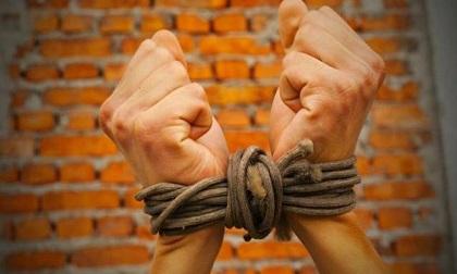 Con bị bắt cóc và đòi tiền chuộc 1,8 tỷ, bố mẹ gửi tiền mới biết sự thật