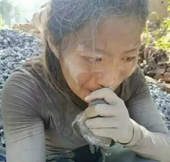 Cô gái 27 tuổi mỗi ngày vác 20 tấn xi măng và câu chuyện cay đắng đằng sau khiến ai cũng mủi lòng - Ảnh 3.