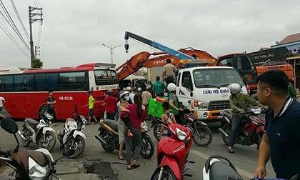 Quảng Ninh: Xe du lịch đâm vào đuôi xe khách, 14 người bị thương