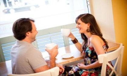 Xử sự không ngờ của mẹ chồng khi bắt gặp con dâu thân mật với người cũ ở quán cà phê