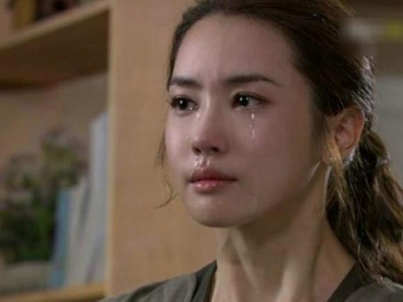 Chồng bị tai nạn, tôi trào nước mắt khi chứng kiến hành động của cô người yêu cũ - 1
