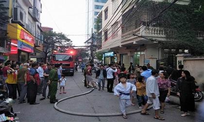 Nhà tập thể 5 tầng bốc cháy, cư dân hoảng loạn sơ tán