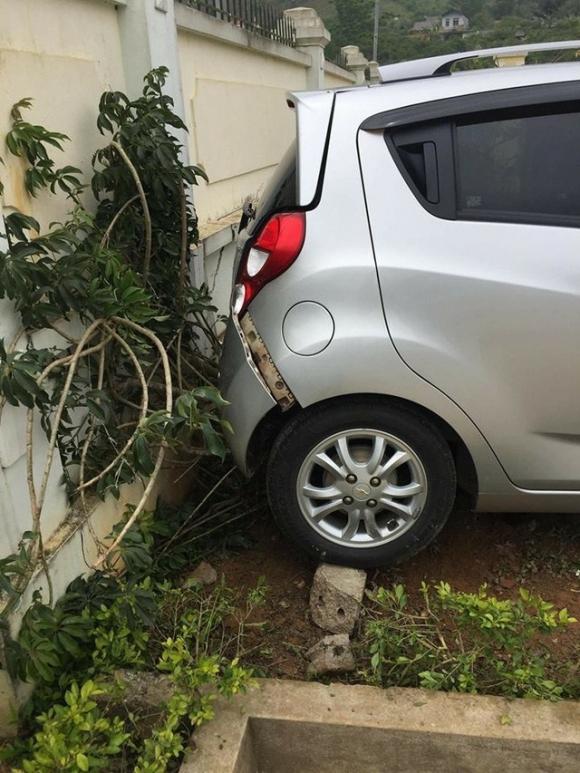 Hiện trường vụ việc cô giáo lùi xe bất cẩn trong sân trường khiến học sinh tử vong