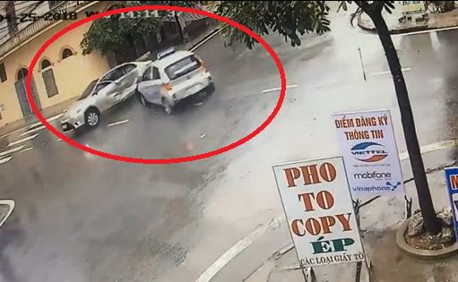 """Clip: Hai ô tô đâm nhau như phim tại ngã tư """"tử thần"""" ở Nam Định - 1"""
