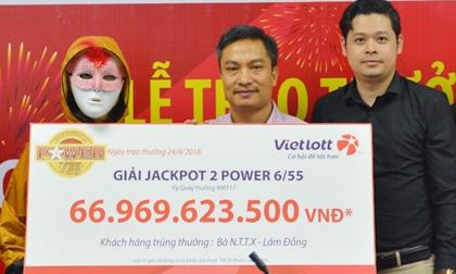 Nữ tỉ phú Vietlott trùm kín đầu nhận 67 tỉ trước thềm 30/4 - 1/5