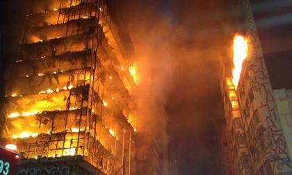 Hãi hùng cảnh tượng tòa nhà 26 tầng đổ sụp khi đang cháy dữ dội