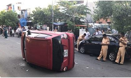 """Tài xế 17 tuổi lái ô tô """"làm loạn"""" trên phố Sài Gòn, nhiều người tháo chạy"""