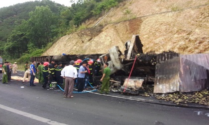 Đâm vào xe chở gỗ, 3 người trên xe đầu kéo chết cháy