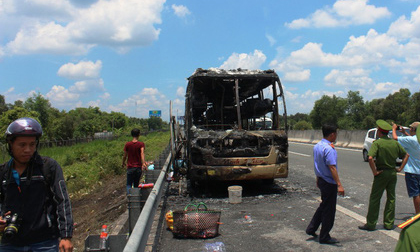 Xe khách cháy rụi trên cao tốc TP HCM - Trung Lương