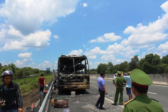 Xe khách cháy rụi trên cao tốc TP HCM - Trung Lương - Ảnh 1.