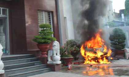 Ô tô đậu trong khách sạn bốc cháy, 40 khách ôm đồ tháo chạy