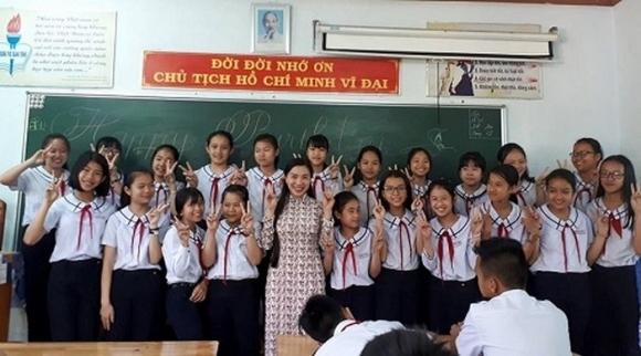 Cô Huyền và các em học sinh. Ảnh: Vietnamnet