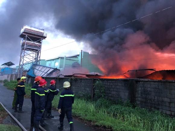 Hiện trường cháy kinh hoàng ở Sài Gòn, 200 cảnh sát PCCC chiến đấu với lửa