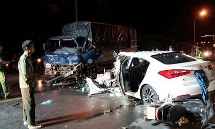 """Tránh vụ tai nạn, """"xế hộp"""" đâm vào xe tải nát bét đầu"""