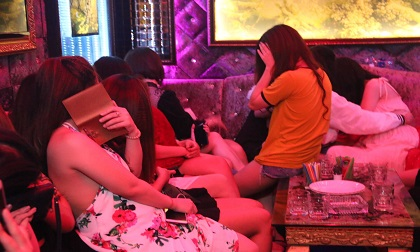 Đột kích nhà hàng ở trung tâm Sài Gòn, hàng chục nữ tiếp viên ăn mặc hở hang tháo chạy tẩu thoát
