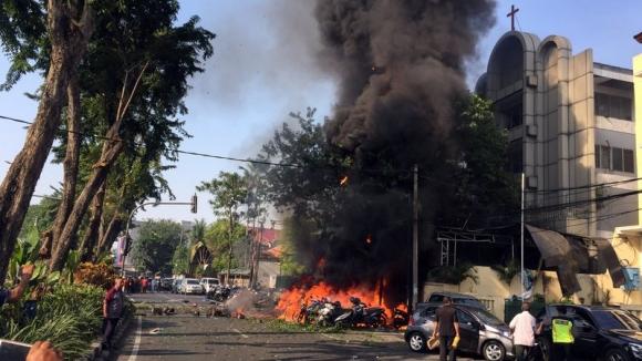 Chi tiết vụ gia đình 6 người đánh bom tự sát gây kinh hoàng ở Indonesia - 1