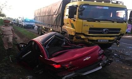 Xe 4 chỗ tông trực diện xe tải, 4 người thương vong