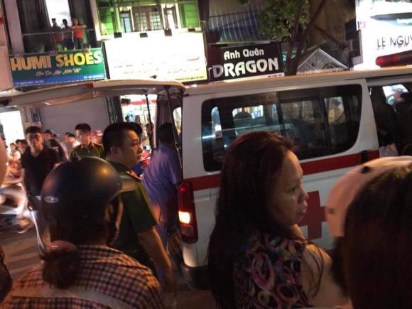 Nạn nhân được đưa đi bệnh viện cấp cứu.