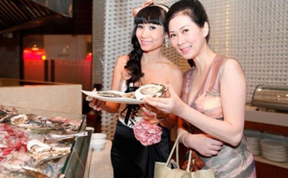 Diễm Hương và bạn thân Uyên Thảo. Ảnh chụp năm 2013