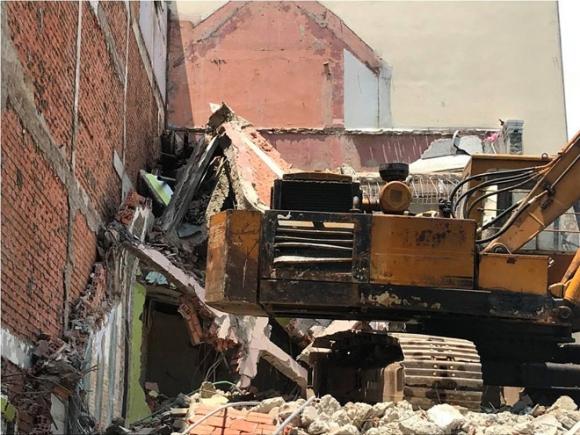 """Nhà 2 tầng ở Sài Gòn đổ sập, một người bị """"chôn"""" trong đống đổ nát - 1"""