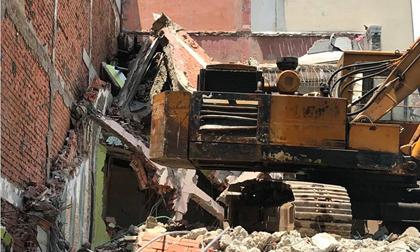 """Nhà 2 tầng ở Sài Gòn đổ sập, một người bị """"chôn"""" trong đống đổ nát"""