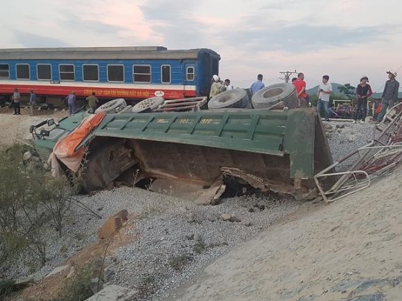 Nóng: Lật tàu hỏa ở Thanh Hóa, ít nhất 10 người thương vong - 1
