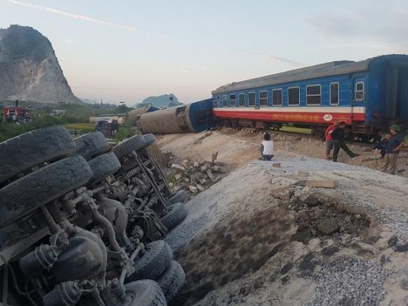 Nóng: Lật tàu hỏa ở Thanh Hóa, ít nhất 10 người thương vong - 2