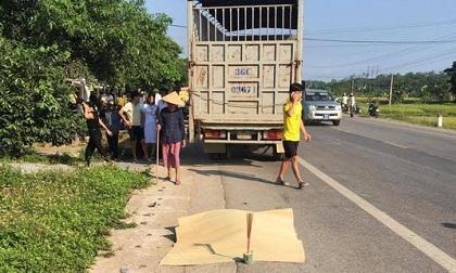 Hai vợ chồng thai phụ sắp sinh tử nạn: Xe tải chạy lấn làn