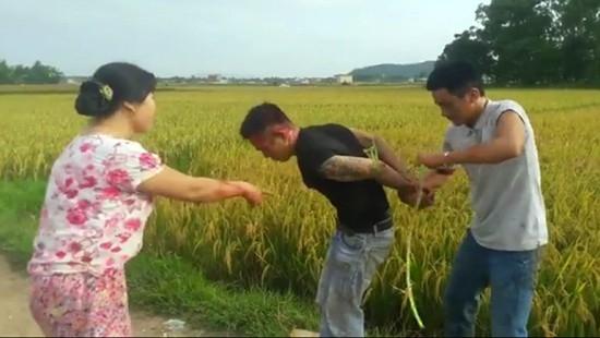 Đối tượng Lương bị người dân vây bắt giao nộp cho công an