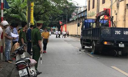 Xe tải lùi cuốn xe máy vào gầm khiến 3 người thương vong, bà bầu sinh con tại hiện trường