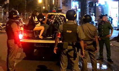 Cảnh sát bao vây nhà hàng thác loạn ở trung tâm Sài Gòn, đưa 40 dân chơi nghi sử dụng ma tuý về trụ sở